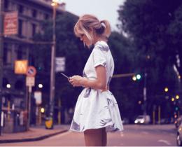 Menina mexendo no celular, em um aplicativo de relacionamento buscando o tão sonhando match