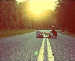 Encontro no asfalto entre um homem e uma mulher