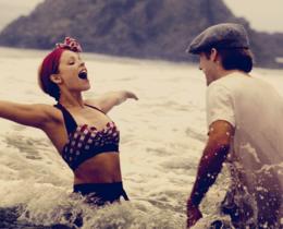 Cena do filme O Diário de uma Paixão. Mulher e homem felizes durante um mergulho no mar.