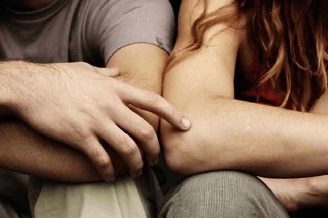 Casal em um relacionamento aberto
