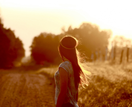 Menina olha o horizonte através de uma estrada