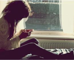 Menina mexendo no celular, sempre online.