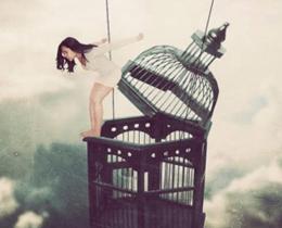 Menina pulando de gaiola, significado de liberdade, feminismo e emponderamento feminino.