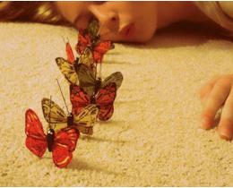 Menina com borboletas, representando a mudança, e sinal de que nada está igual.