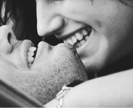 Um casal feliz mostrando que a beleza interior é sim, fundamental
