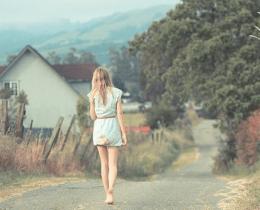 Menina caminha sem direção, como se estivesse levado um perdido de alguém