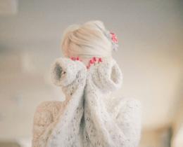 Menina tampa o rosto, em sinal de ansiedade