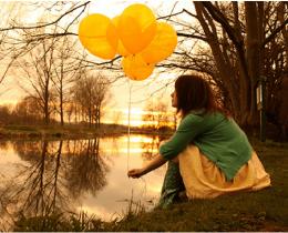 Menina na beira do lago, sentindo a solidão