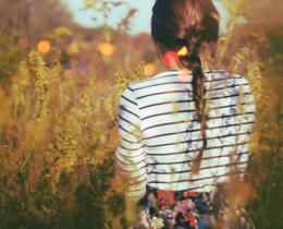 Menina pensando sobre suas frustrações passadas não devem influenciar os amores futuros