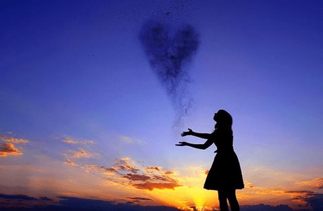Menina com um coração formado no céu