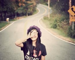 Menina coloca mão no rosto, em posição de dúvida, incerteza, indiferença