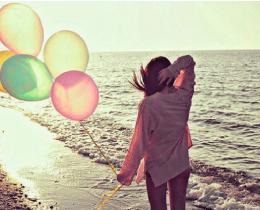 Menina segurando balões, em um cenário bonito, significando amor e religião e sem hipocrisia