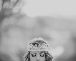 Menina com coroa de princesa.