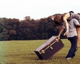 Casal com malas, sem cobrir férias no amor