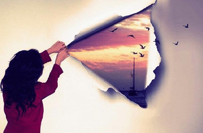 Menina rasgando uma parede e descobrindo a vida lá fora. A autoproteção que sabota.