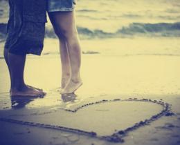 Casal se beijando, na frente do mar, provando que não há hora certa para o amor