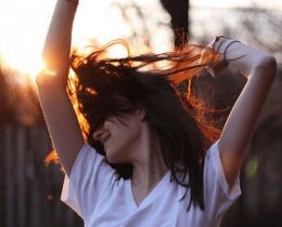 Menina sendo muito feliz e demonstrando que a vida é muito curta para não aproveitar