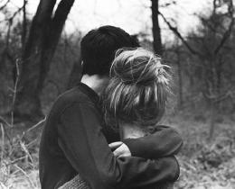 Casal se abraça, após uma briga