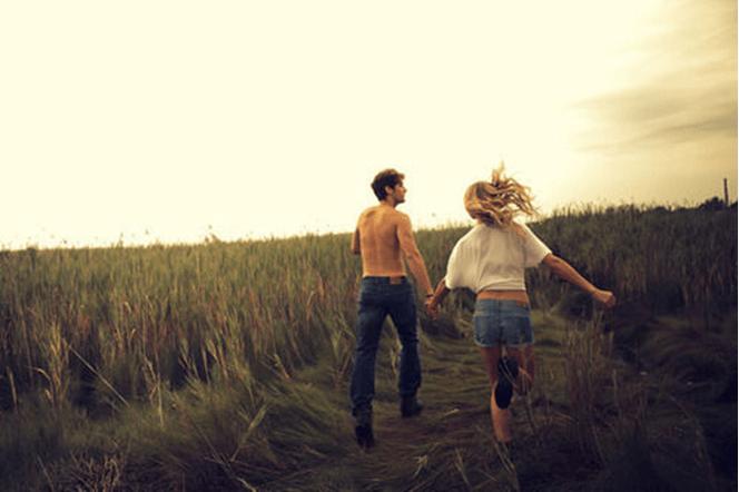 Casal de mãos dadas em um campo