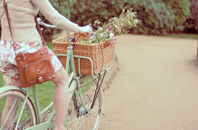 Menina anda em uma bicicleta, sem rodinhas